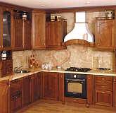Кухня с фасадами из натурального дерева.