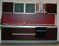 Кухня с фасадами, отделанными декоративным пластиком.
